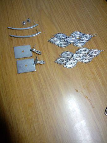 Conjunto de três pares de brincos prateados, semi novos