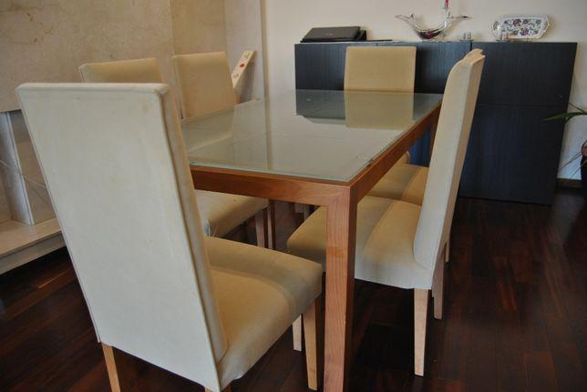 Mesa de sala de jantar.