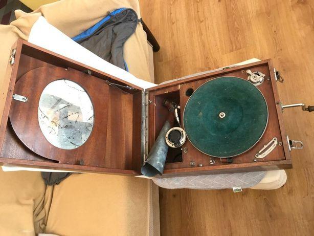 Gramofon retro z tubą i nakręcany korbką