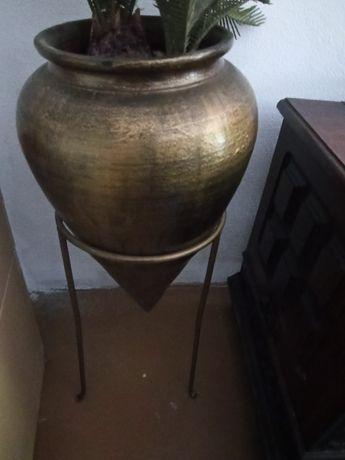 Suporte para vaso, dourado e com suporte também dourado