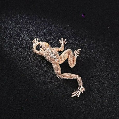 Сказочная волшебная брошка в виде золотой лягушки со стразами БРОШЬ