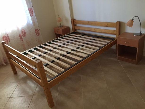 Camas de casal de 140 x 190 em pinho, estrades e mesas de cabeceira