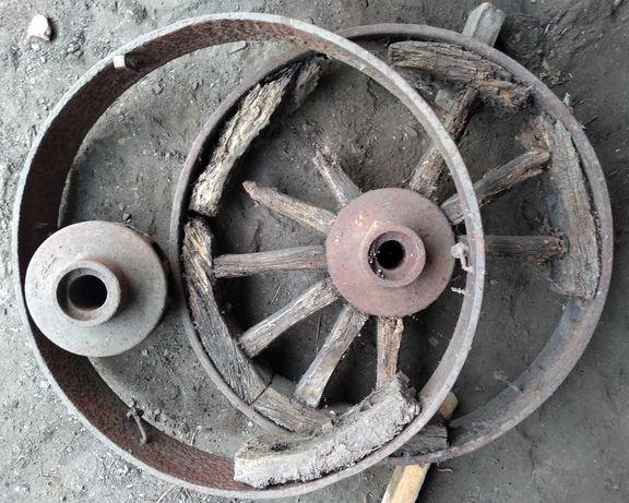 Stare zabytkowe koła wozu maszyny drewniano metalowe do renowacji