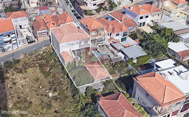Moradia de 2 andares com jardim e anexos (vista mar) junto ao metro de