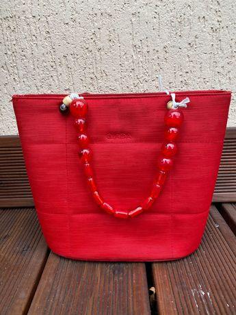 Czerwona torebka z koralami