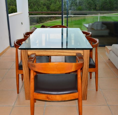 Mesa de vidro temperado e madeira maciça. Óptimo estado!!!