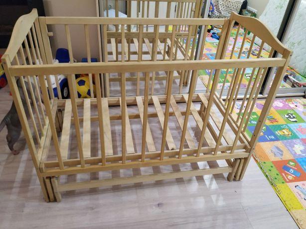 Деревянная детская кроватка-качалка с матрасом и бортиками