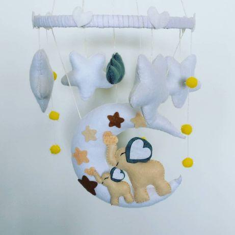 Karuzela z filcu, dekoracja dziecięcego pokoju
