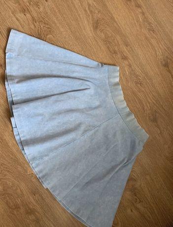 Rozkloszowana niebieska spódniczka