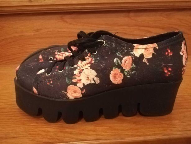 Sapatos em tecido floral