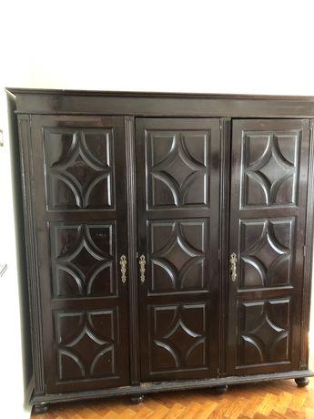 Roupeiro de quarto antigo, em madeira