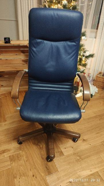 Fotel biurowy firmy NOVA STEEL skórzany - wstawki drewniane