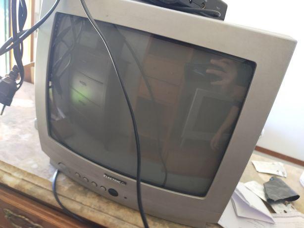 Televisão pequena e antiga