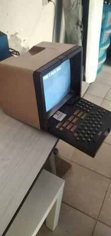 Computador antigo  / Leitor de fita antigo