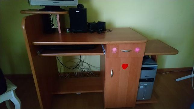 Sprzedam biurko pod komputer . Nie jest zniszczone .