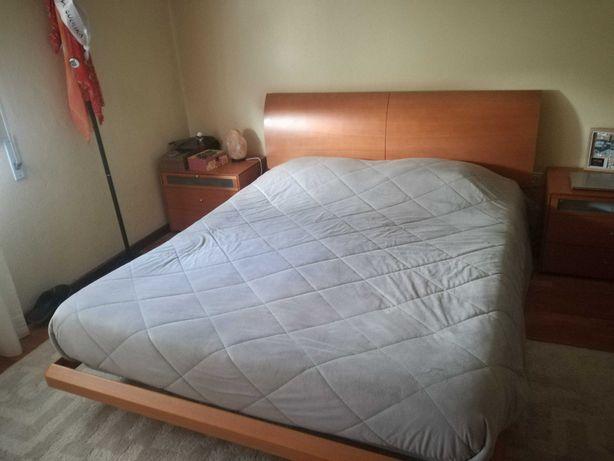 Cama de casal com duas mesas de cabeceira e colchão incluído