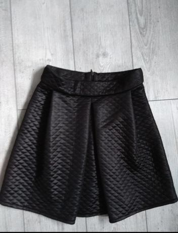Czarna spódniczka pikowana rozkloszowana
