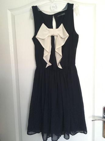 Sliczna granatowa sukienka z biała wstążka z przodu Atmosphere