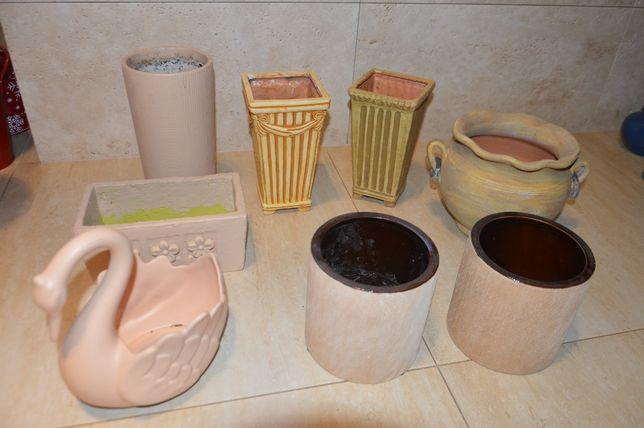 Zestaw starych doniczek w beżowych kolorach. 8 sztuk