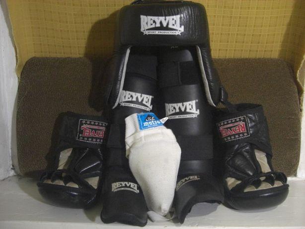 Комплект экипировки для единоборств фирмы REYVEL (шлем,перчатки и тд.)