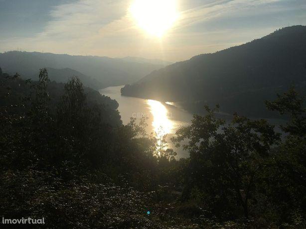 Terreno na Zona do Gerês com magnificas vistas sobre o rio