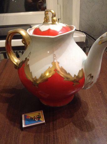 Красивый заварной большой чайник