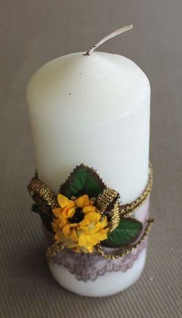 Vela branca decorativa com arranjo floral de fabrico manual