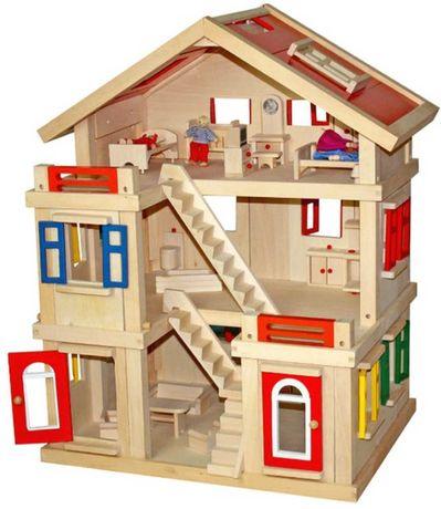 Drewniany domek dla lalek.