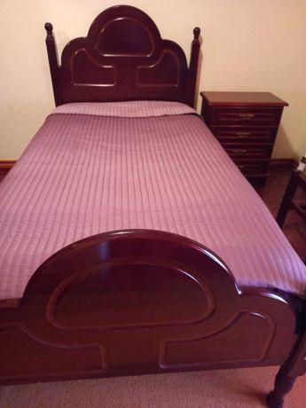 Cama com mesa de cabeceira