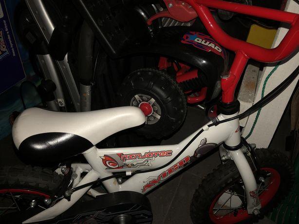 Bicicleta de crianca branca vermelha e preta com desenhos e rodinhas