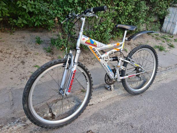 Велосипед подростковый на уверенном ходу.