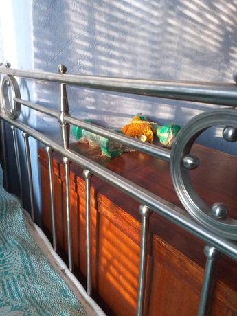 Металическая кровать с быльцами из нержавейки