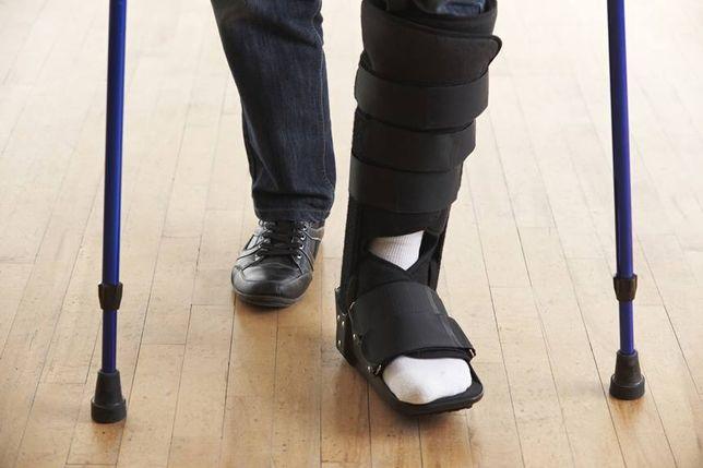 but ortopedyczny gips plus dwie kule aluminiowe