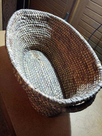 Stary słomiany koszyk, pojemnik, kosz, naczynie