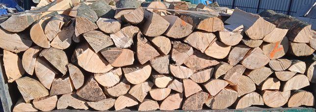 Drewno bukowe kominkowe opałowe układane na aucie