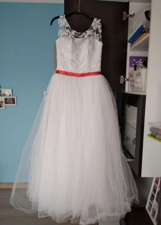 Suknia ślubna z czerwonym paskiem