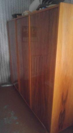 продаю трехдверный шкаф от спального гарнитура