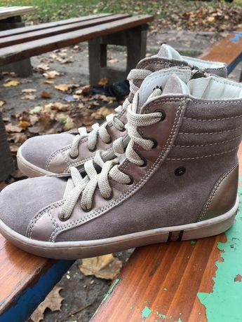 Замшевые ботинки для девочки Primigi.