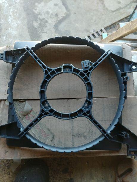 Диффузор радиатора охлаждения Hyundai Accent 2000-2005г.в. 253501E100