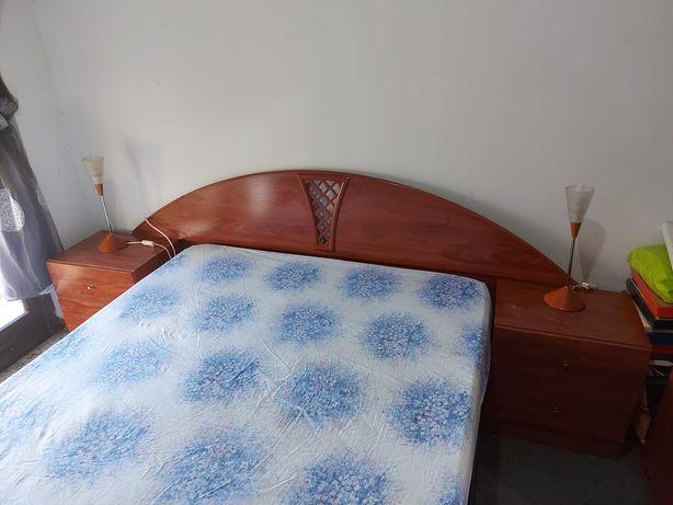 Vendo a cama duas mesinhas de cabeceira Tem poucas marcas de uso 100 €