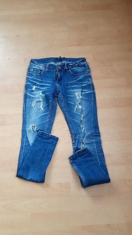 Spodnie jeansow z dziurami