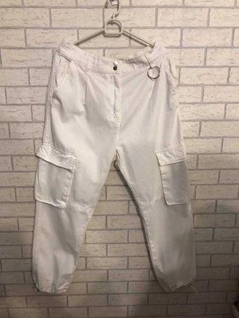 Białe spodnie jogger BERSHKA