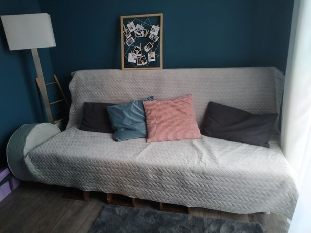 Sofa Beddinge Ikea z pokrowcem, narzutą i poduszkami