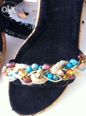 Sandálias altas com pedras turquesa e doiradas t39 com fitas