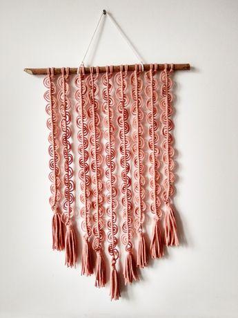 Różowa makrama dekoracja na ścianę boho
