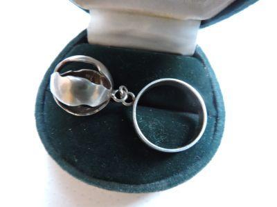 Warmet pierścionek z wiszącą ażurową kulką