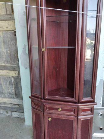 Móvel de canto em madeira e vidro