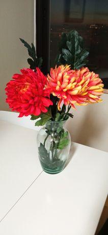 Jarra e flores sintéticas
