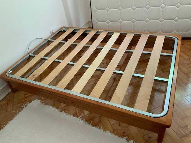 Cama robusta com estrado e colchão