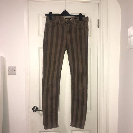 Трендовые полосатые джинсы скинни